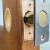 DIYで取り付けた木製ドアの鍵を修理